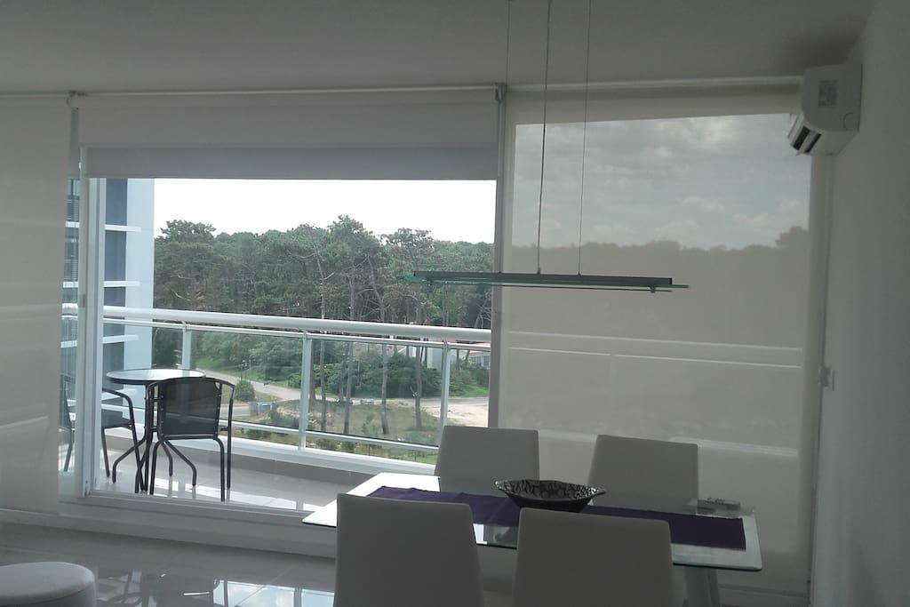 Comedor con terraza muy iluminado