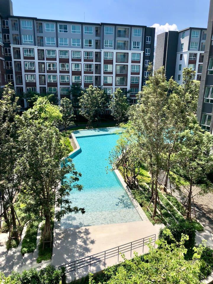 百米超长泳池景观公寓毗邻尚泰百货,一室一厅现代时尚设计,独立卧室方便舒适