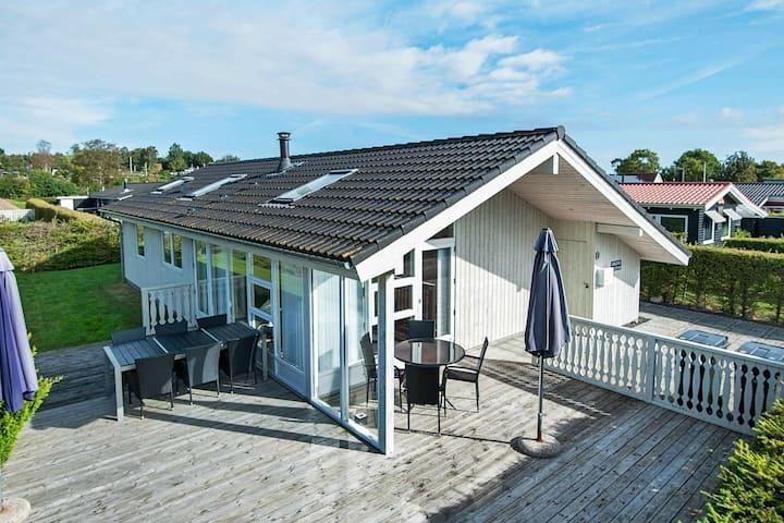 Acogedora casa de vacaciones en Børkop con terraza cubierta