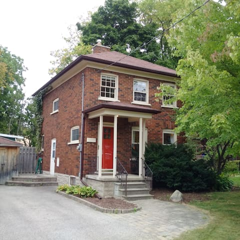 Modern Century Home in Uptown Waterloo - Waterloo - Huis
