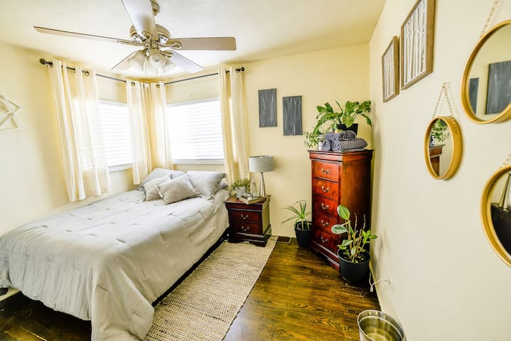 Hip, 1940's Bungalow/Room close to LoHi