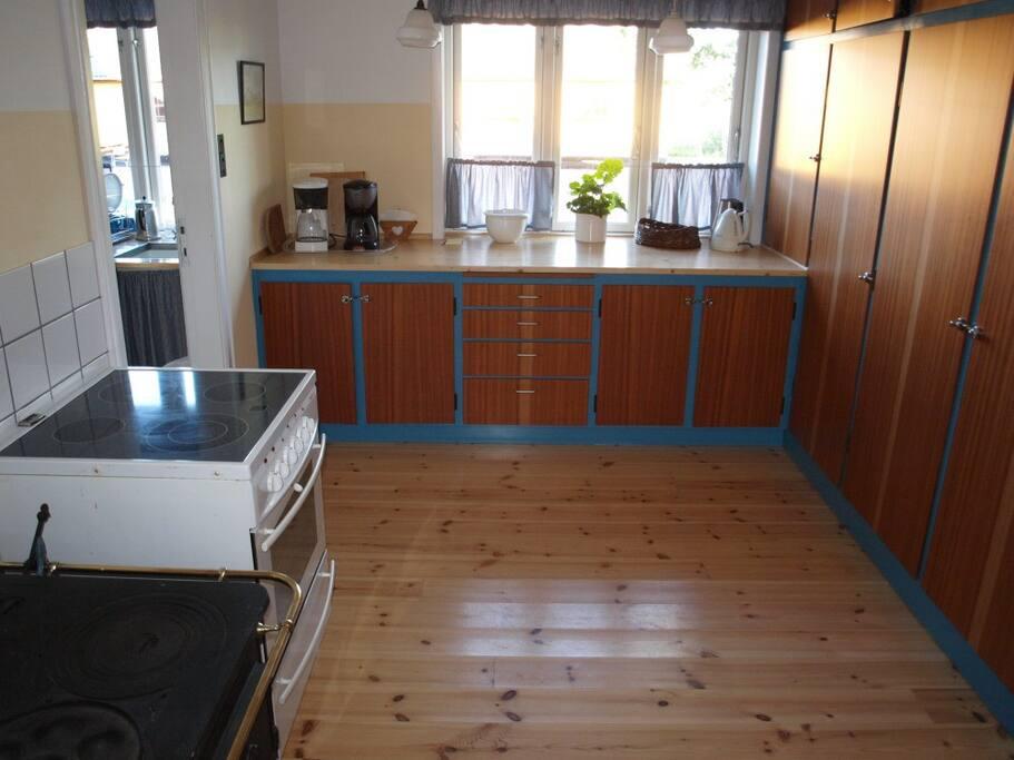 Køkken med køleskab/fryser og komfur