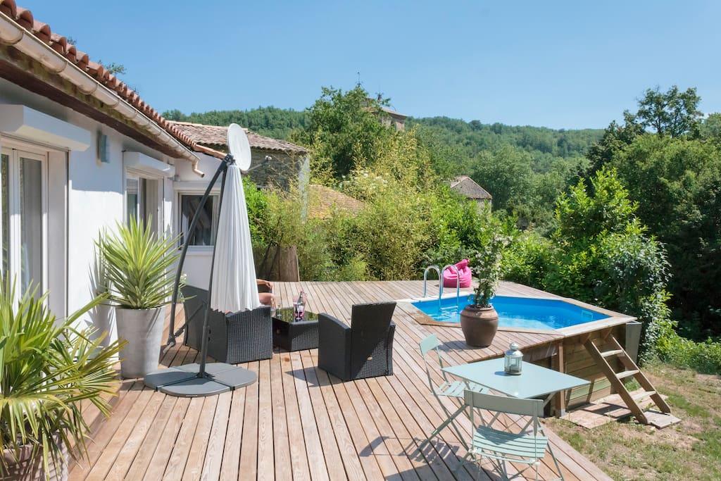 Terrasse et piscine et terrain badminton
