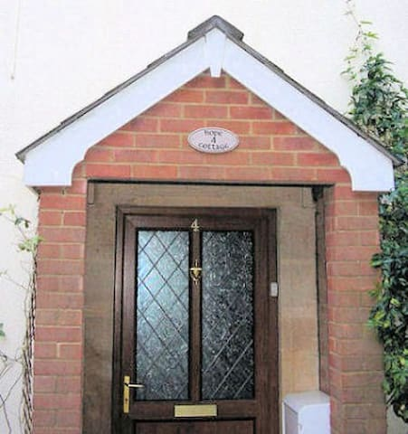 Hope Cottage, Wiltshire, 1-6 People - Bromham - House