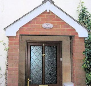Hope Cottage, Wiltshire, 1-6 People - Bromham