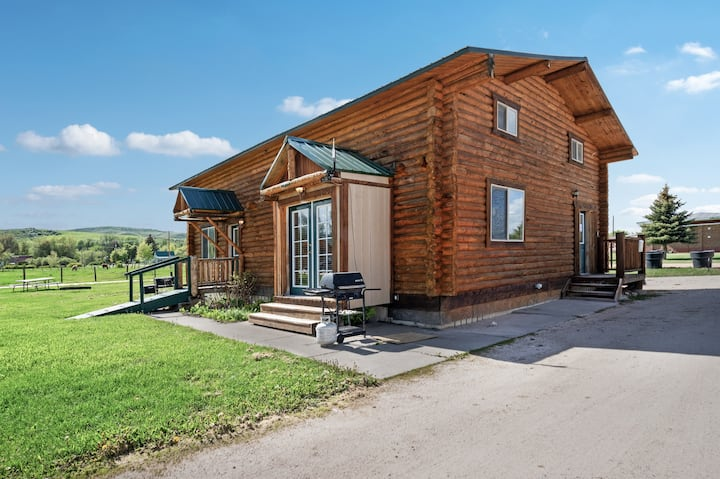 Two story lodge w/ large dining area, WiFi, near shared sports courts