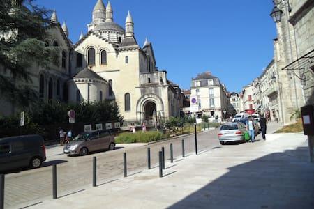 appartement situé dans le quartier historique - Périgueux - Huoneisto