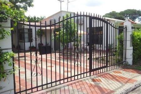 Casa 4 alcobas Conjunto Recreativo Santa Ana - Flandes - บ้าน