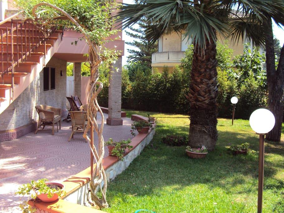 Villa su due piani con giardino a 150 m dal mare ville for Piani artigiani con suite in suocera