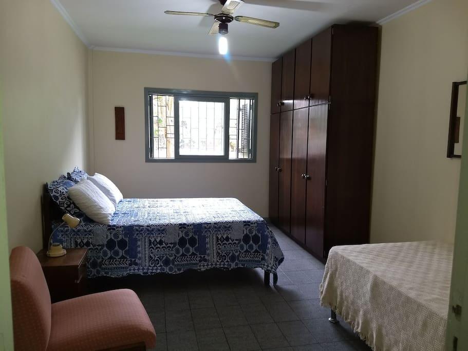 Quarto composto por uma cama de casal e uma cama de solteiro grande. Armário de 04 portas. Ventilador de teto.
