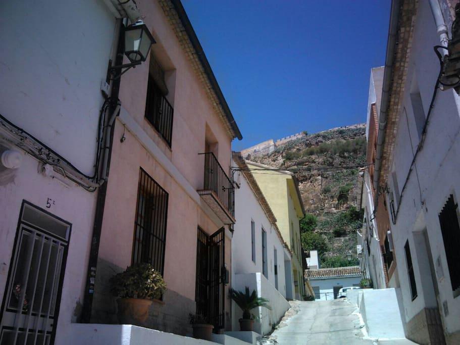 Calle tradicional Saguntina con vistas al Castillo Romano.