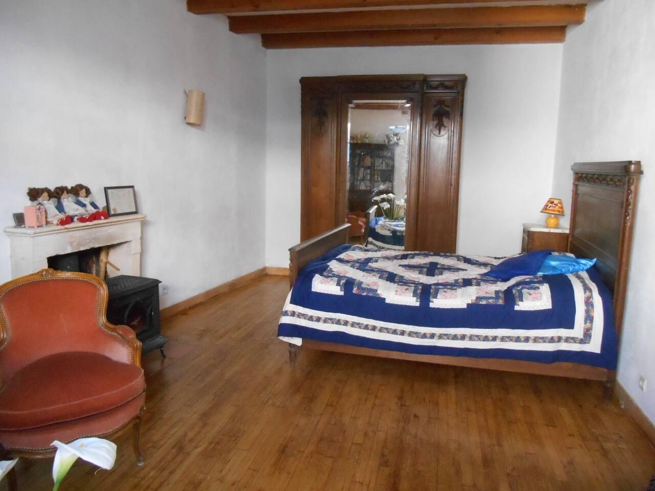 Une belle chambre à coucher 1920, avec poële pour les jours frais