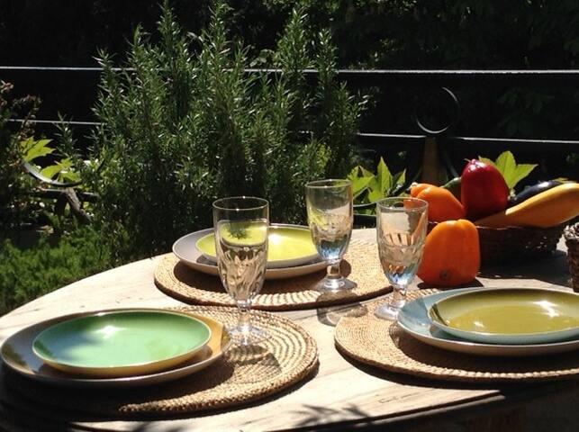 L'été, table extérieur, olivier comme en provence à ...Paris/Neuilly