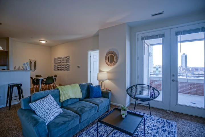 Comfortable 2BR Apt in Downtown w/ Balcony
