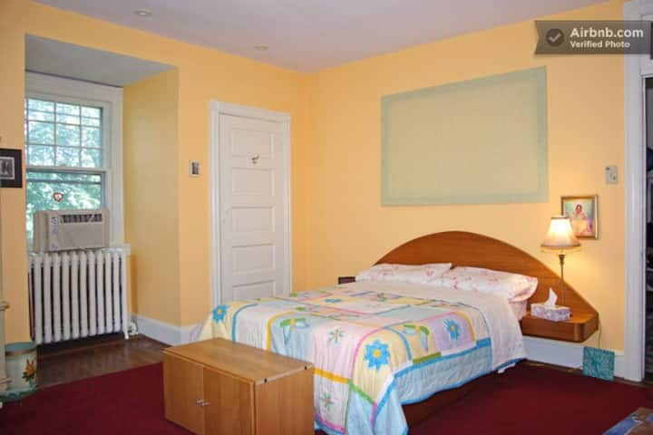 SOFT PEACH BEDROOM IN GREAT HOUSE