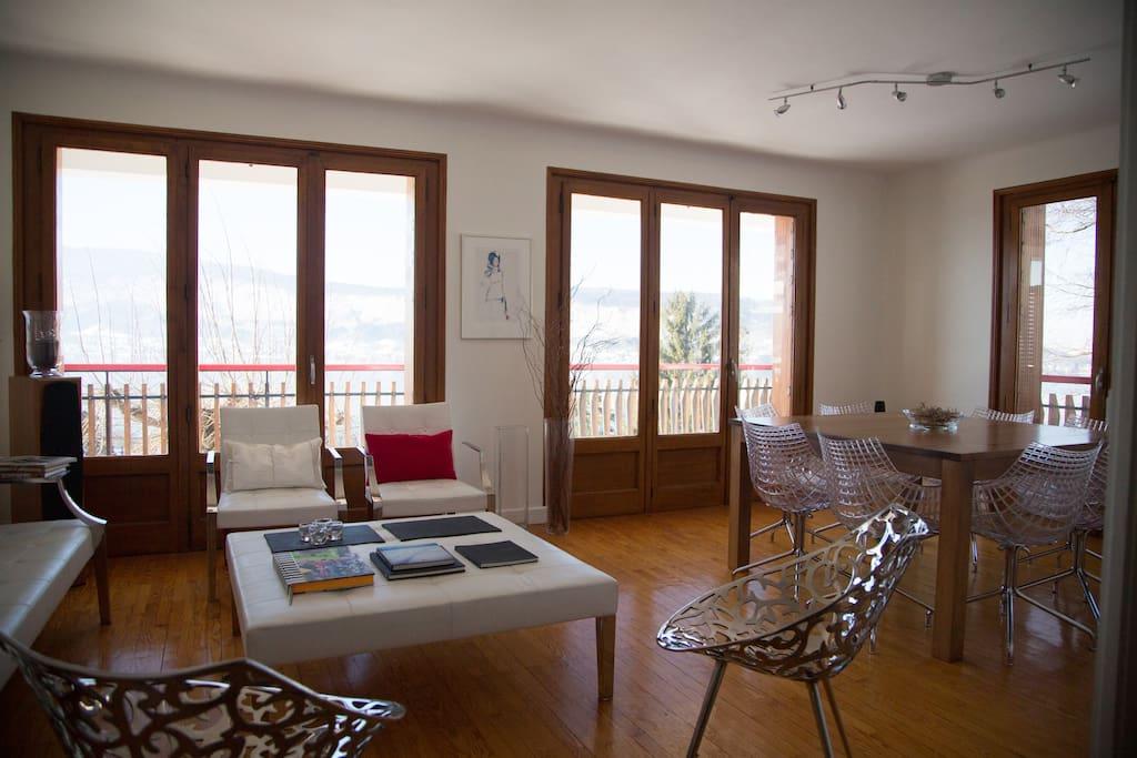 Salon avec balcon et vue imprenable sur le lac