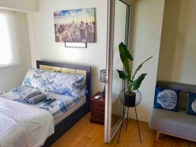 Cool 1BR Acqua Livingstone w/ Cignal TV, Pool&Gym