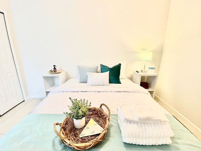 Aqua Oasis - Private Bedroom in Lovely Townhome