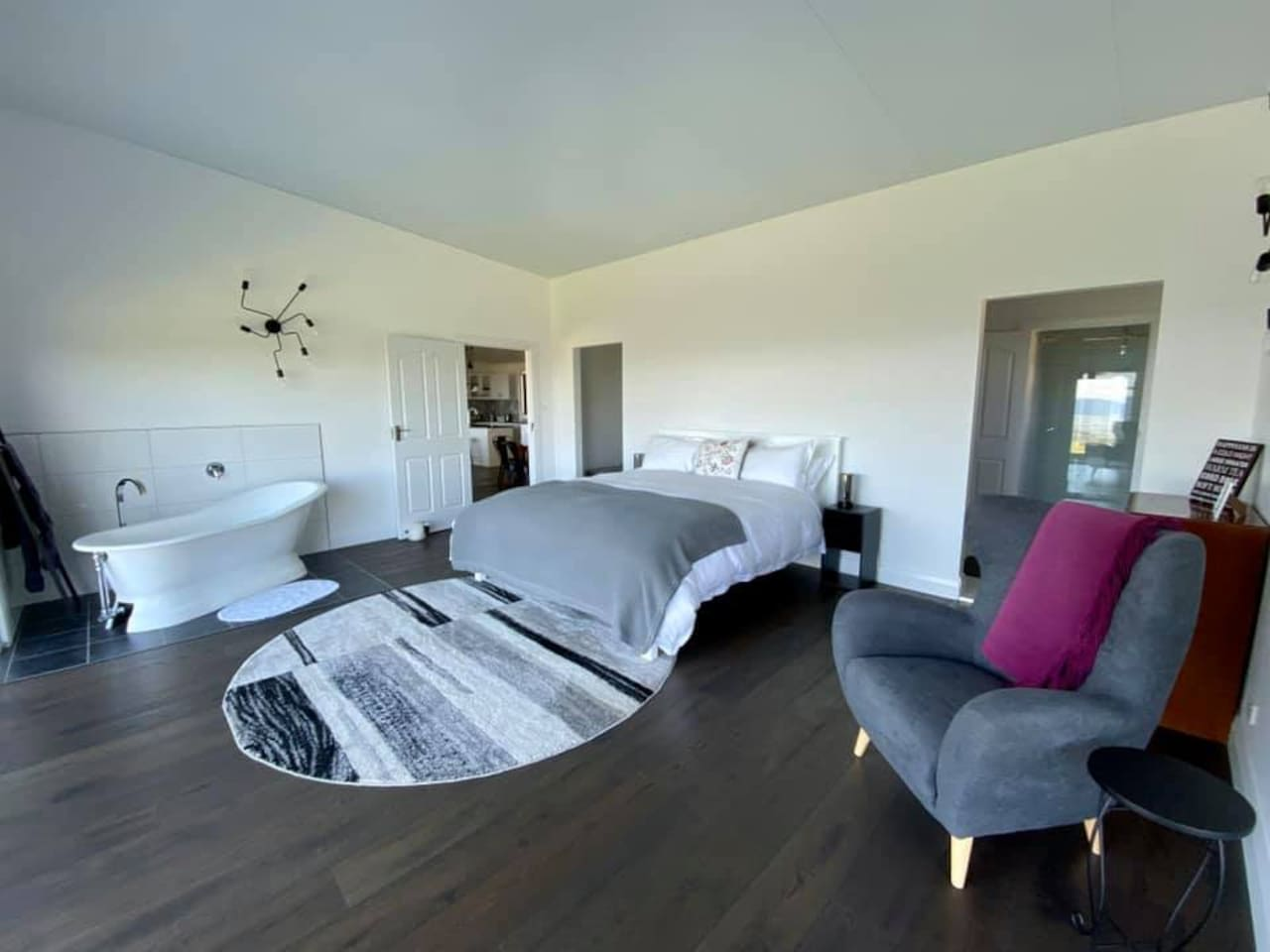 The Western bedroom with spacious ensuite is large and luxurious. It has a king-size bed, cast iron bath, and a comfy chair all facing the spectacular views to the north. At night the twinkling lights of Bathurst can be seen in the valley below.