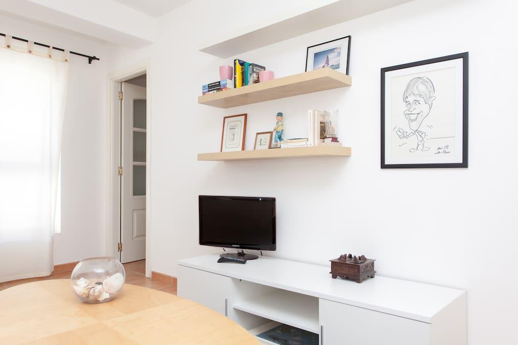 Sala de estar con TV de pantalla plana y WIFI