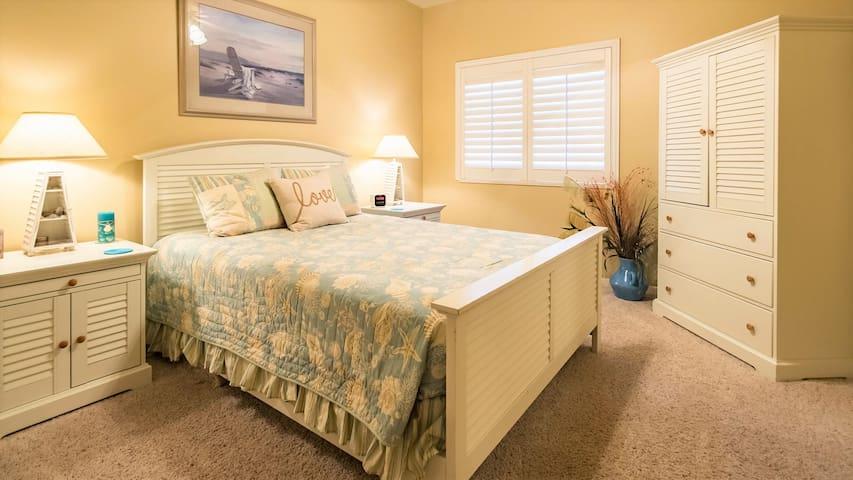 Cozy room with Queen bed