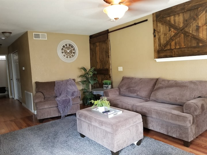 Cozy 3 bedroom guest unit with access to pool!
