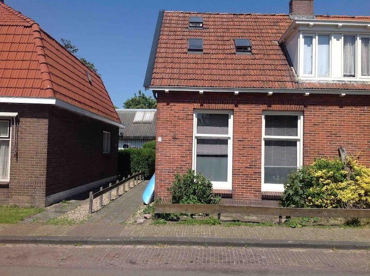 Begane grond woning,3 kmrs, tuin, 2 pers. AIRCO!
