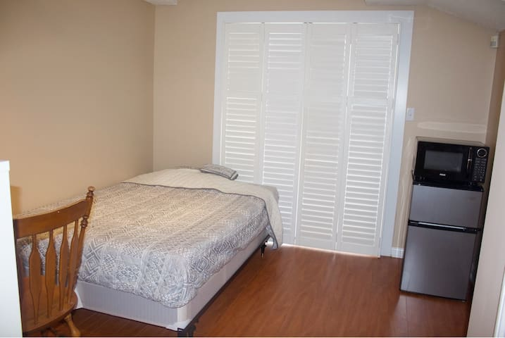 Clean 1 Bed  Basement Room with private Bathroom