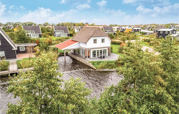 Holiday cottage with 3 bedrooms on 135m² in Giethoorn