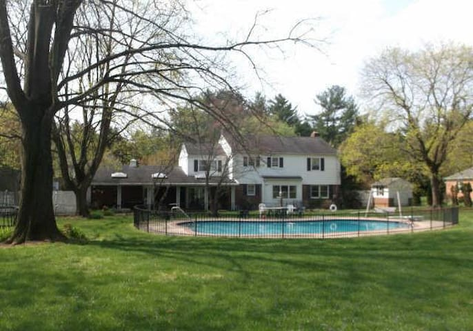 Big house and pool - Towson - House