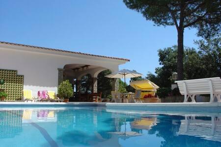 Idéal familles, grande piscine, 16p - Òrrius - Дом
