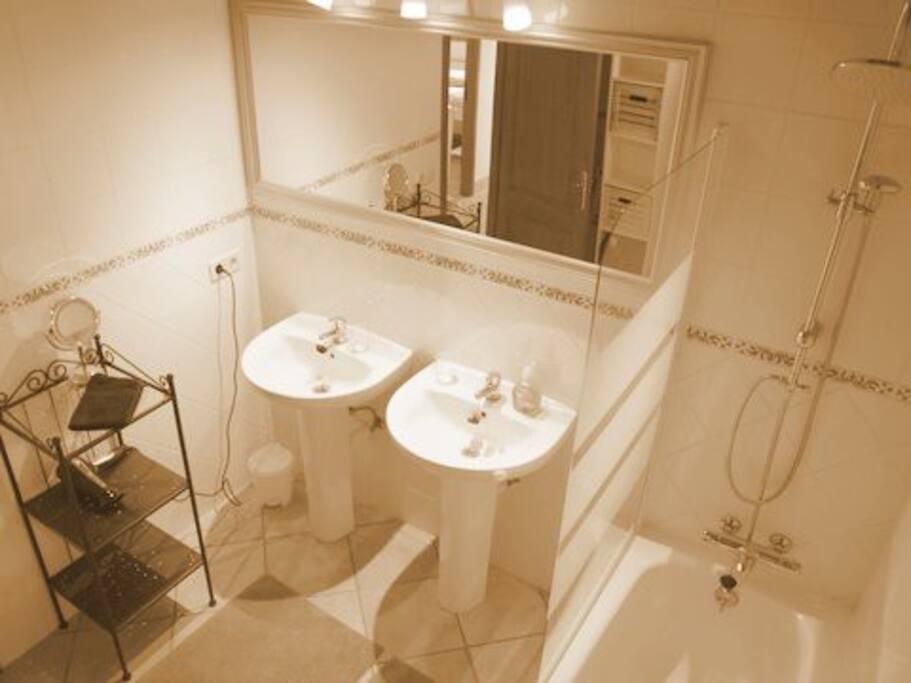 Das dazugehörige Bad in separatem Raum.