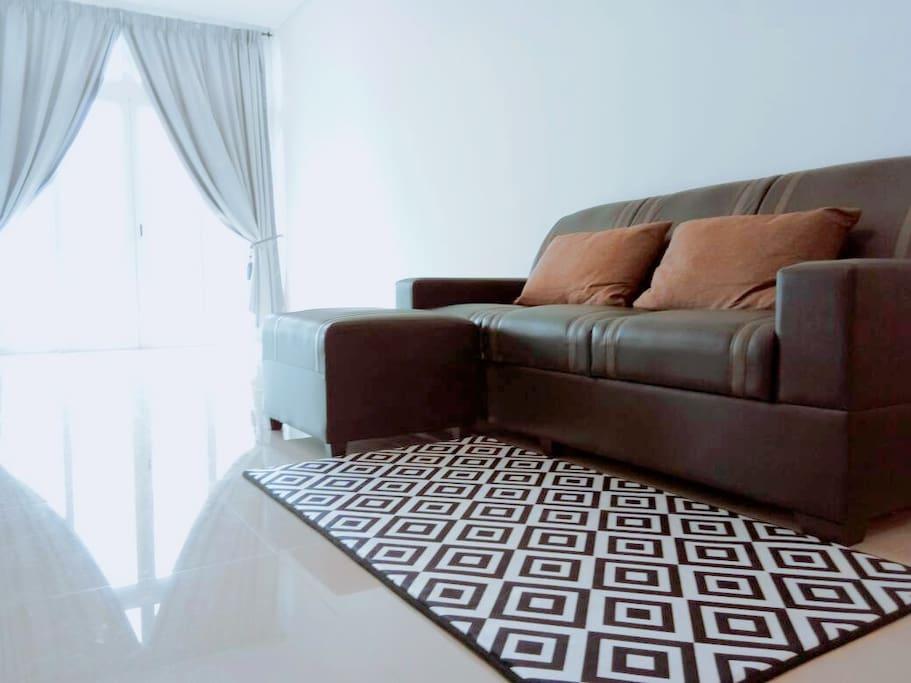 客厅宽敞,采光充足