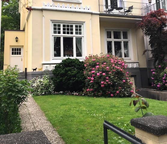 Etage in stately townhouse near City & Alster Lake