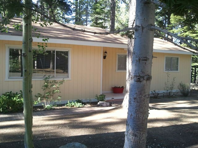 Beautiful Tahoe Cabin w/ Free WiFi - South Lake Tahoe - Dom