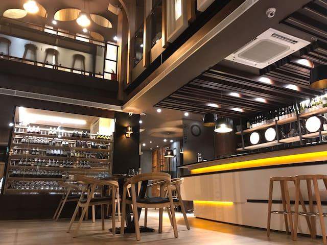 近安平,Les Ombres(雙人溫馨301)適合喜愛美食、美酒的你,來台南旅行吧。可包棟