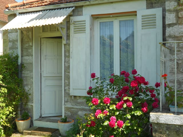 Grand studio avec jardin-terrasse.