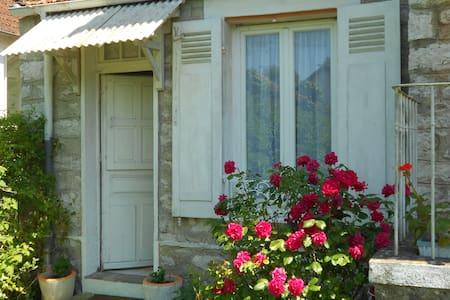 Grand studio avec jardin-terrasse. - Héricy - Řadový dům