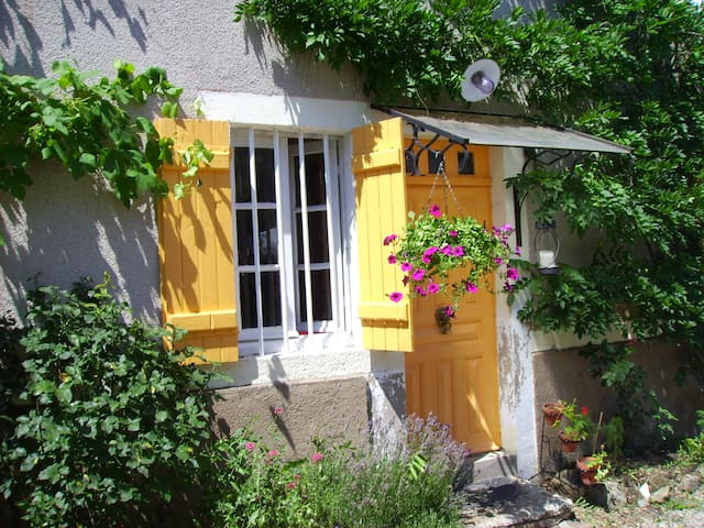 Cosy cottage with vegetable garden - Saint-Léger-du-Bois - Rumah