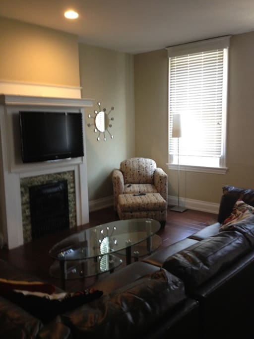 ample seating in large living/dining room
