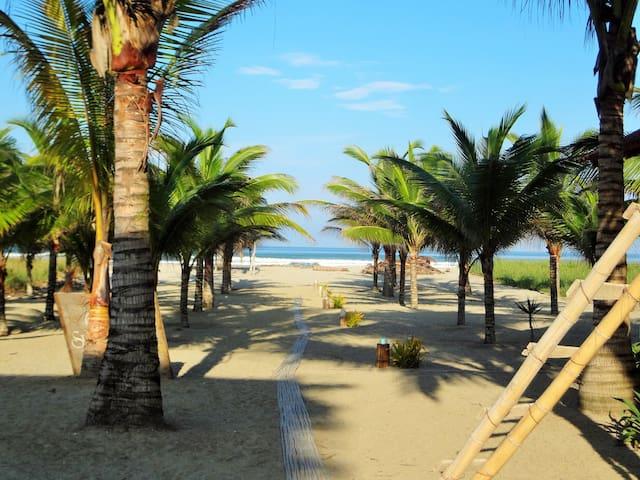 Beach Front Cabana Canoa, Ecuador - Каноа - Бунгало