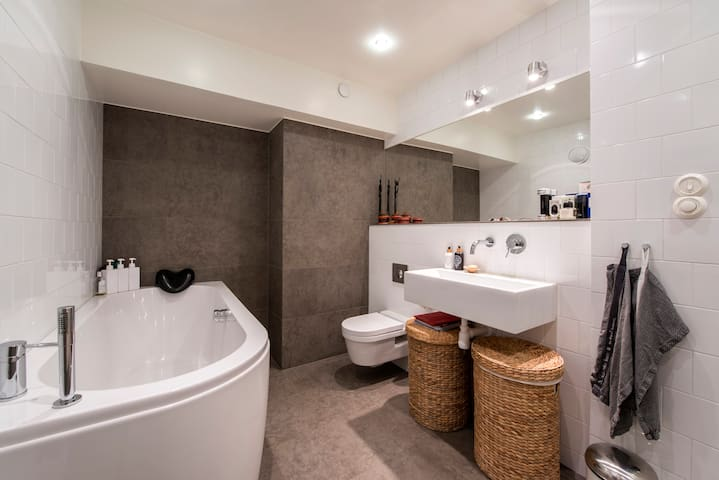 The spaceious and modern designed bathroom is one of the highlights in the apartment.