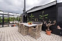 Meet the spring in the greenhouse and enjoy the lush trees of the Vasa park, the twittering birds and the warm sun.