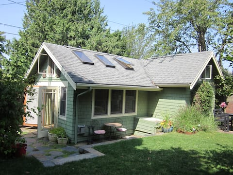 West Seattle Backyard Vacation Cottage