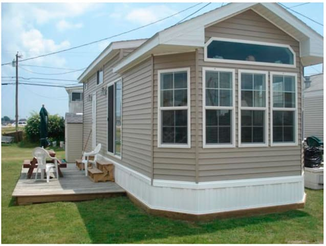 East Matunuck cottage walking distance to beach!