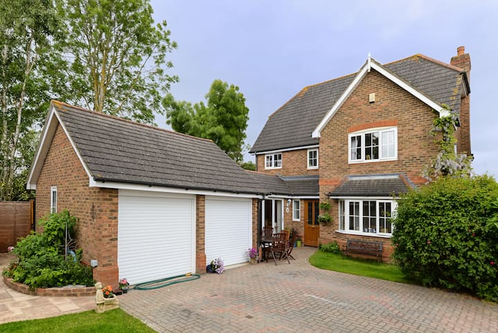 Lovely Detached Home Near Windsor - Warfield - Hus