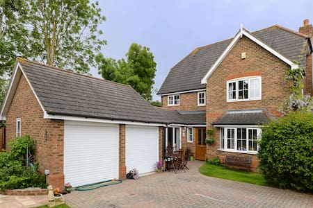 Lovely Detached Home Near Windsor - Warfield