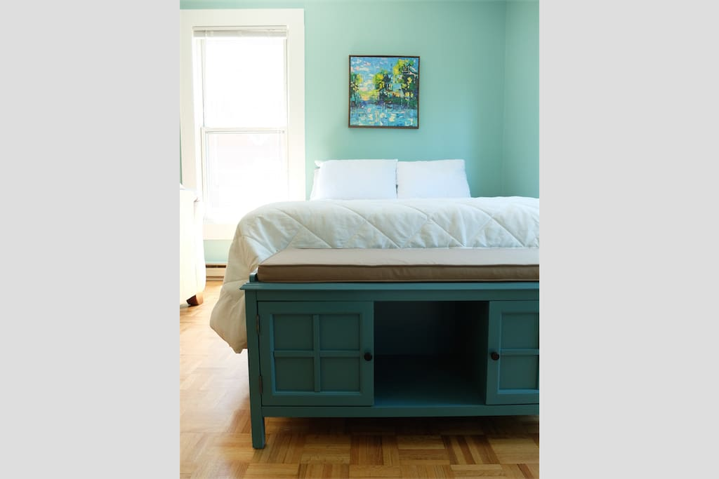 Comfortable QUEEN size bed, with fresh linens and cozy blankets.