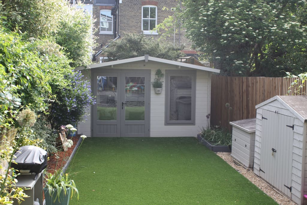 A garden with full astroturf and features prepared for entertainment