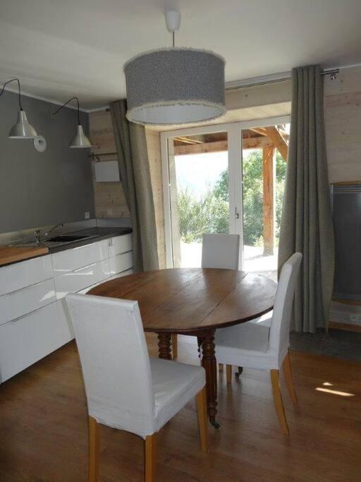 La salle à manger et la terrasse, idéal pour 2 couples d'amis...